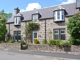 HILLSIDE WEST, semi-detached, woodburner, terraced garden, in Kingussie, Ref 906878 - Kingussie vacation rentals