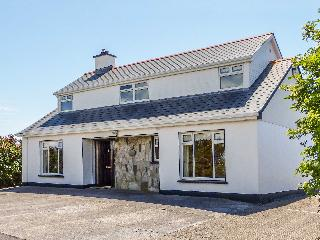 HERNON'S COTTAGE, courtyard with furniture, multi-fuel stove, all ground floor, Ref 912411 - Clifden vacation rentals