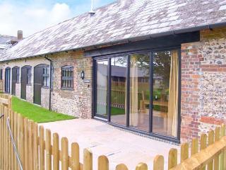 THE OLD STABLES, pet-friendly single-storey luxury cottage, en-suite, garden, games room, Blandford Forum Ref 18978 - Charminster vacation rentals