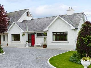 CHERRYFIELD, cosy cottage in lovely countryside, multi-fuel stove, en-suite, garden, in Ballyragget, near Kilkenny, Ref 904441 - Thurles vacation rentals