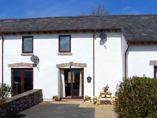 SUNNYSIDE COTTAGE, terraced property, pet-friendly, close to the coast, near Colwyn Bay, Ref 904990 - Conwy County vacation rentals