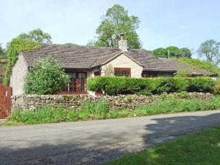 WELLHEAD COTTAGE, ground floor, woodburning stove, garden with furniture, Ref 905760 - Wormhill vacation rentals
