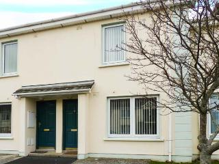 3 ANCHOR MEWS, terraced cottage, central location, en-suites, parking, garden, in Arklow, Ref 912328 - County Wicklow vacation rentals