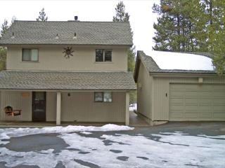 Close to Fort Rock Park, Private Hot Tub. 8 Unlimited SHARC Passes - Sunriver vacation rentals
