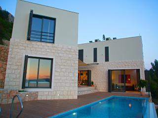 Luxorius Villa for 8 persons with infinity pool - Mimice vacation rentals
