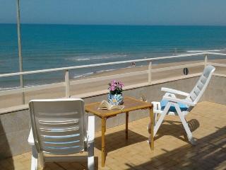 Bivani con ampia terrazza fronte mare - Scoglitti vacation rentals