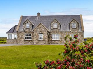 REALT nA MAIDNE, ground floor accommodation, open fire, garden with furniture, beach 15 mins walk, Ref 10263 - Claddaghduff vacation rentals