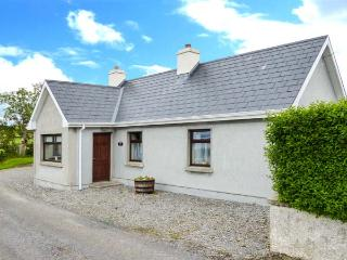 BLACKROCK VIEW, open fire, patio with furniture, close to beach, stunning sea views, Ref 913294 - Ballymote vacation rentals