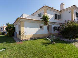 Vila Bicuda, Cascais, 3 Bedroom Villa, Fully Air Conditioned, Sleeps 8 with View of Pool and Quiet Location - Cascais vacation rentals