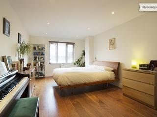 Walk to Tower of London, 2 bed on Henriques St, City - London vacation rentals