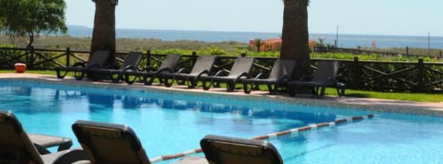BEACHFRONT STUDIO FOR 3 PEOPLE IN A 3 STAR APARTHOTEL IN LAGOS, 100m FROM THE BEACH REF. 137851 - Albufeira vacation rentals