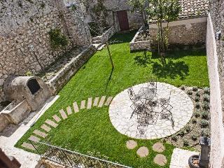 IL FALCONIERE  casa con 2 giardini (Parco Abruzzo) - Arpino vacation rentals
