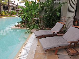 SEA TEMPLE 131 LUXURY SWIMOUT - Port Douglas vacation rentals
