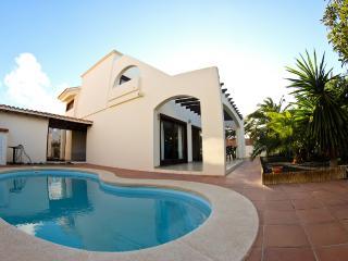 Villa in centre of Corralejo with pool, near beach - La Asomada vacation rentals