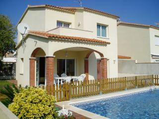 Can Ricardell, house up to 8 with pool - L'Escala vacation rentals