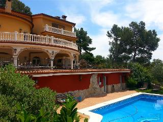 Fantastic 6-bedroom villa in Torrelles for 12 people, just 15km from Barcelona and the Mediterranean - Catalonia vacation rentals