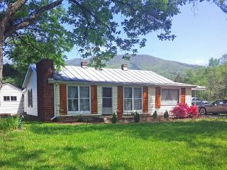 """The Romantic Get Away ""Jeremiahs Run Cottage - Shenandoah Valley vacation rentals"
