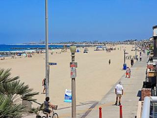 Nicely decorated upper oceanfront unit- near amenities, rooftop deck, w/d - Newport Beach vacation rentals