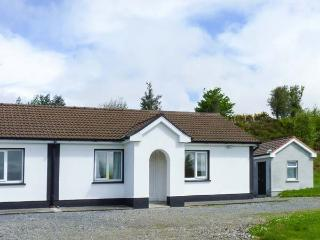 ROBIN'S ROOST, ground floor, en-suite, off road parking, lawned garden, in Cornamona, Ref 913356 - Carraroe vacation rentals