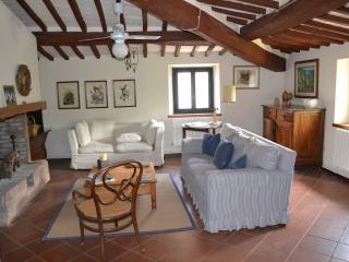 NEL PAESE DI BOLGHERI ROMANTICO APPARTAMENTO CHIC - Castagneto Carducci vacation rentals