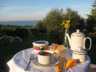 B&B L'infinito camera  Lilium bagno condiviso - Civitanova Marche vacation rentals