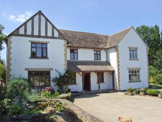 THE OAKS, open fire, WiFi, shared table tennis and snooker, patio with furniture, Ref 913823 - Tewkesbury vacation rentals