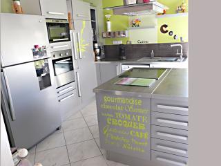 Appartement centre 70m2 avec 2 chambres et Parking - Sanary-sur-Mer vacation rentals