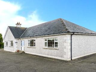 SUSSEX LODGE, detached, family and pet-friendly, off road parking, garden, in Enniscorthy, Ref 914879 - Enniscorthy vacation rentals