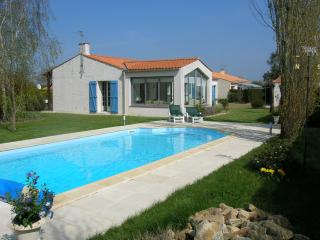 A lovely detached holiday Villa, with heated pool - Apremont vacation rentals