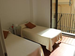 CENTRAL AND MODERN FLAT - 5 PEOPLE - Valencia vacation rentals