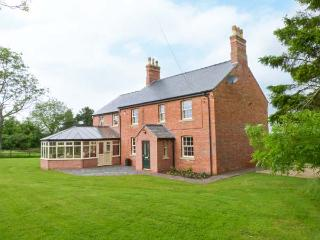 HALL COTTAGE, wheelchair friendly lift to first floor, WiFi, patio with furniture, Ref 914124 - Wragby vacation rentals