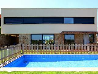 Can Casavells, house up to 12 with garden and pool - Province of Girona vacation rentals