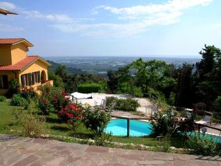Villa Gialla: Charming Tuscan villa with brilliant - Camaiore vacation rentals