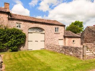 THE HAY LOFT, overlooking the village green, WiFi, patio with furniture, Ref 912776 - Knaresborough vacation rentals