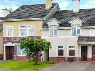5 CASTLE FALLS, modern property with en-suite, multi-fuel stove, garden, close amenities of Killarney Ref 914282 - Killarney vacation rentals