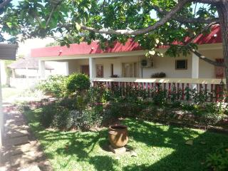 superbe villa avec grand jardin - Abidjan vacation rentals