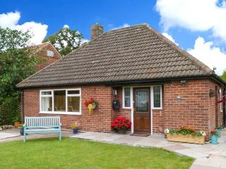 MICKLEGARTH, WiFi, enclosed garden with furniture, close to York city centre, Ref 913713 - York vacation rentals