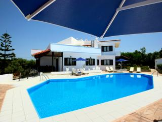 A Pretty villa with a large private pool. - Dramia vacation rentals