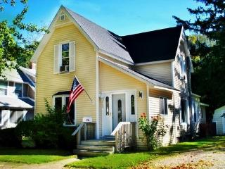 563 Kalamazoo St - Weekly stays begin on Saturdays - South Haven vacation rentals