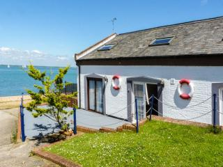 WEST SEA VIEW NO. 4, converted boathouse, access to beach, parking, slipway, in Yarmouth, Ref 905106 - New Forest vacation rentals