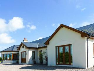 CHERRYMOUNT FARM, elevated position, ground floor, woodburner, parking, garden, in Youghal, Ref 914203 - Clonmel vacation rentals