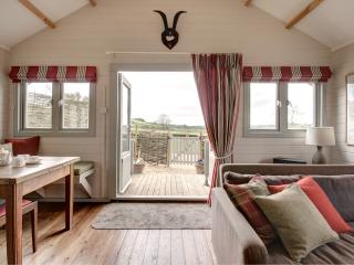 Cotswold holiday lodge with views and tennis court - Winchcombe vacation rentals