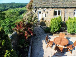 HOLMDALE COTTAGE, ground floor, patio with furniture, great base for walking, Ref 29640 - West Yorkshire vacation rentals