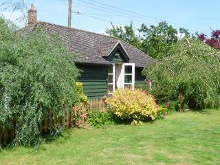 GARDEN RETREAT, all ground floor, en-suite, parking, private terrace with furniture, in Diss, Ref 904156 - East Harling vacation rentals