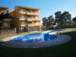 Apartment in l'Escala:private garden+common pool - L'Escala vacation rentals