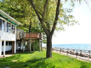 Vashmar. Lots of windows and sunshine looking over Lake Michigan. Saturday Rental. Closed 10/15-4/15. - South Haven vacation rentals