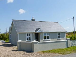 SARAH'S COTTAGE, all ground floor, en-suite facilities, multi-fuel stove, near Spanish Point, Ref 27083 - Kilkee vacation rentals