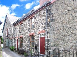 TY KILMORE, pet-friendly, multi-fuel stove, enclosed courtyard, in Cemmaes, Ref 20882 - Llanidloes vacation rentals