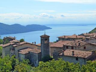 CASA DEMONTI - APPARTAMENTO OLEANDRO CON PISCINA - Tignale vacation rentals