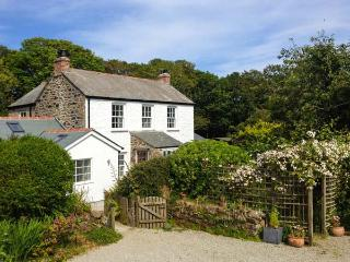 THE FARMHOUSE, en-suite, woodburner, peaceful location, near Coverack, Ref. 30447 - Coverack vacation rentals
